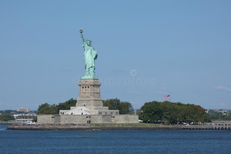 Статуя свободы и остров свободы стоковое фото rf