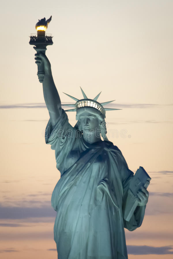 Статуя свободы в Нью-Йорке на заходе солнца стоковые изображения