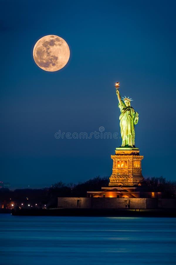 Статуя свободы и поднимая supermoon стоковые фотографии rf