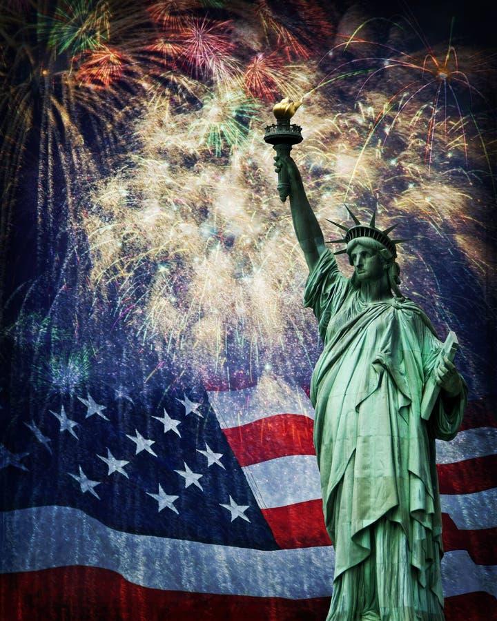 Статуя свободы и фейерверки стоковые фотографии rf