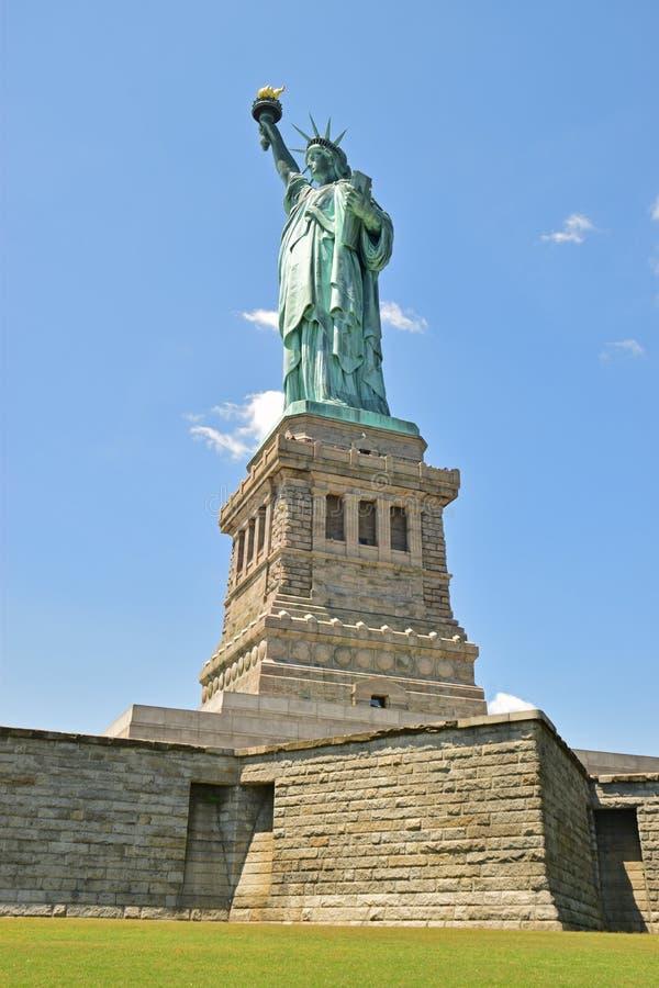 Статуя свободы на острове свободы принятом от основания стоковое фото rf