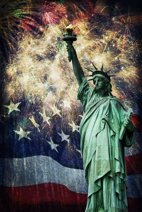 Статуя свободы & фейерверки стоковые изображения rf