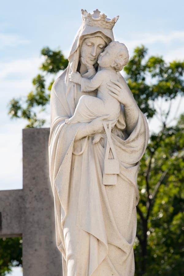 Статуя Святой Марии и ребенка Иисуса на кладбище Колон, Гавана, Куба стоковые изображения rf