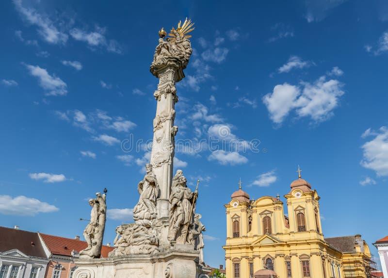 Статуя Святой Троицы и римско-католического собора Святого Георгия на Юнион-сквере в Тимишоаре Румыния стоковое фото rf