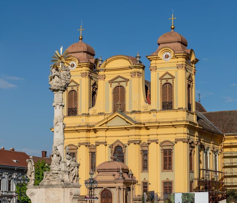 Статуя Святой Троицы и римско-католического собора Святого Георгия на Юнион-сквере в Тимишоаре Румыния стоковые изображения rf