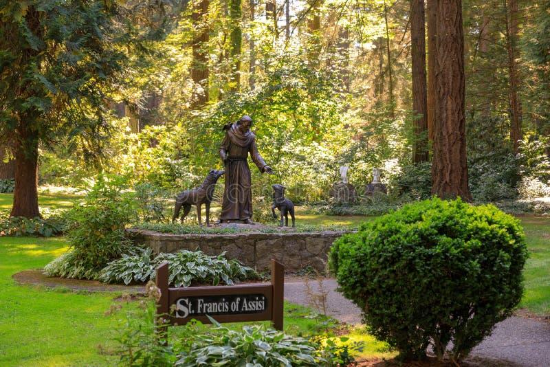 Статуя Св.а Франциск Св. Франциск Assisi в парке грота, Портленда, Орегона стоковые изображения rf