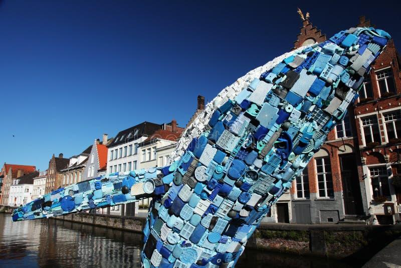 Статуя синего кита пластиковая стоковые изображения rf