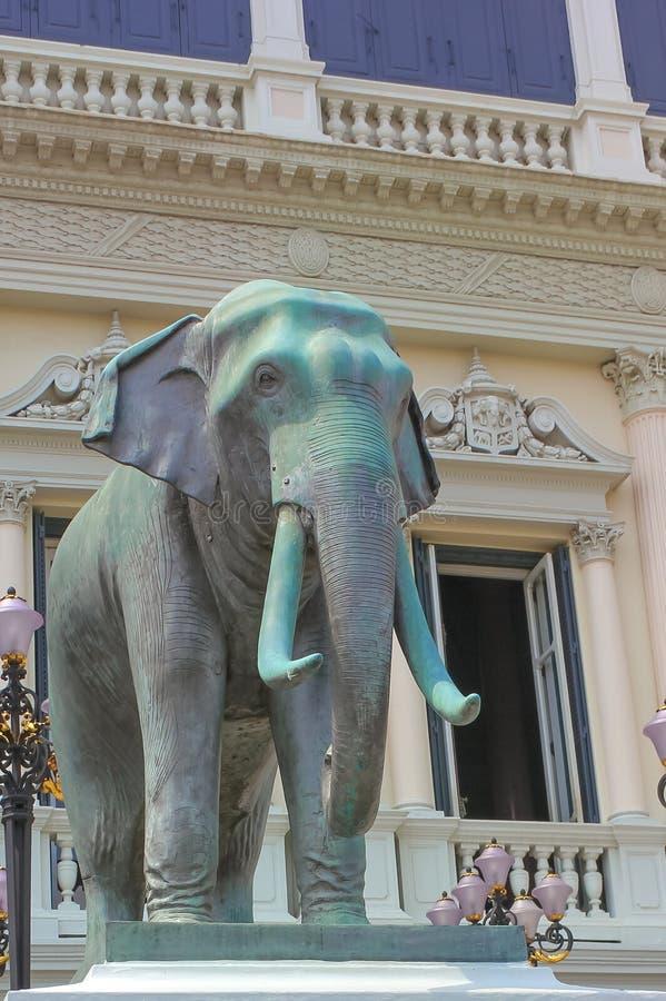 Статуя слона на большом дворце Wat Phra Kaew в Бангкоке стоковое фото