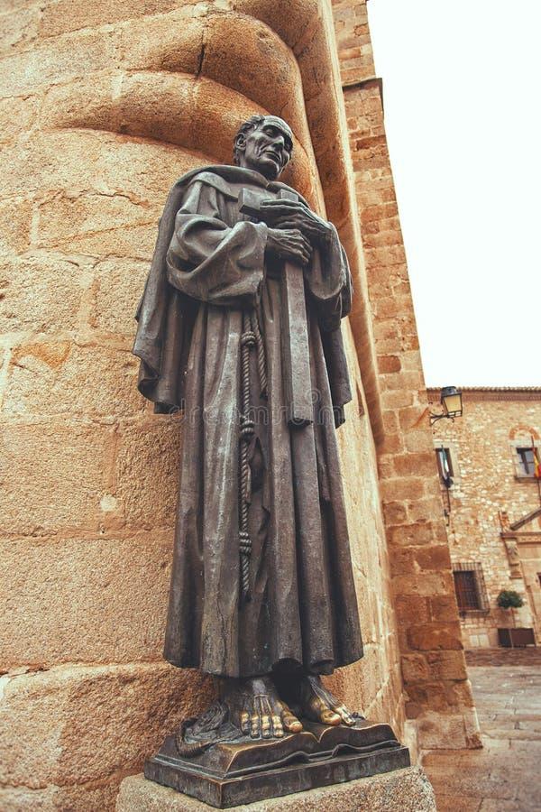 Статуя собора Caceres San Pedro de Alcantara, эстремадуры Испании стоковые изображения