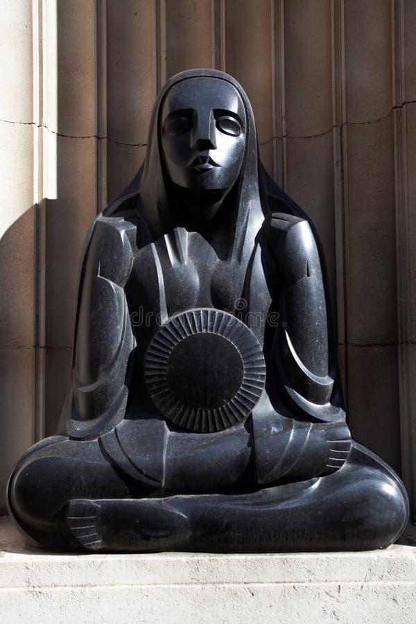 Статуя стиля Арт Деко - Мерси прокладывает тоннель здание - Ливерпуль - Великобритания стоковое изображение rf