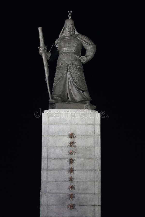 Статуя сцены ночи адмирала Yi Sun Sin стоковые фотографии rf