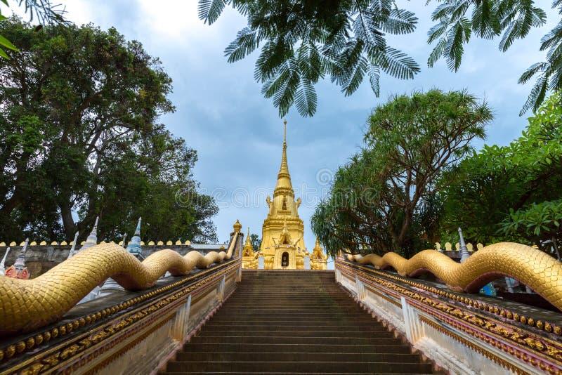 Статуя тайские дракон или король или Naga змея в тайском виске в острове Samui Koh в Таиланде стоковое фото