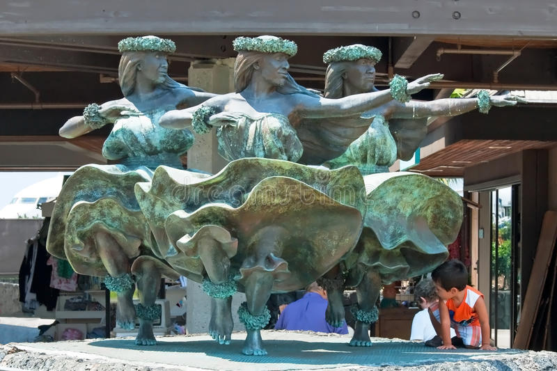 Статуя танцоров женщин Hula Kahiko в Kona на internationa Keahole стоковое изображение rf