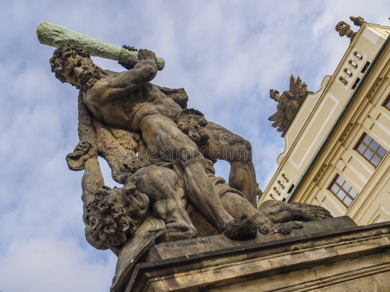 Статуя титана Bettling фланкируя вход замка Праги стоковое изображение