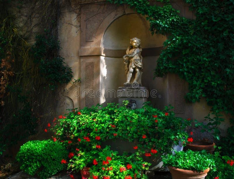 Статуя Тоскана купидона стоковые изображения rf