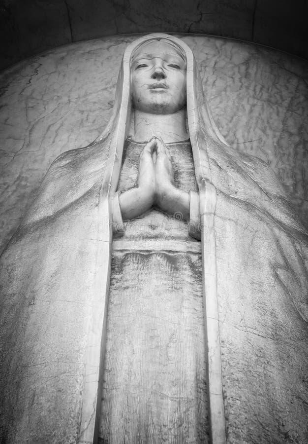 Статуя умирая женщины стоковая фотография rf