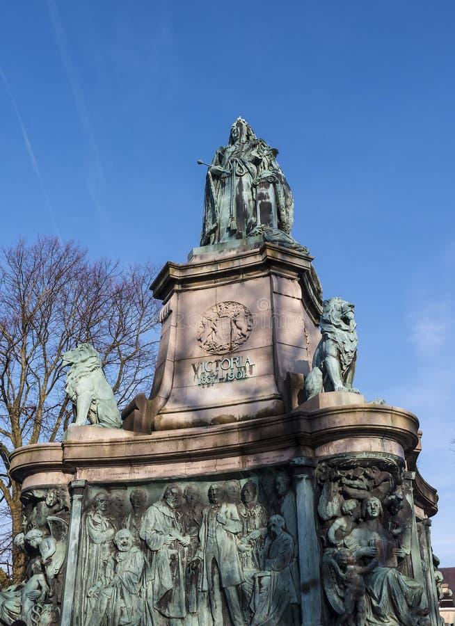 Статуя ферзя Виктории в Ланкастере Англии стоя над политиками, художниками и писателями стоковая фотография