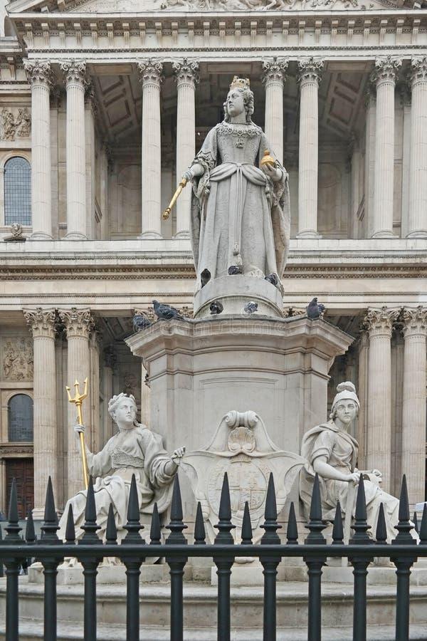 Статуя ферзя Энн вне собора St Pauls в Лондоне стоковая фотография rf