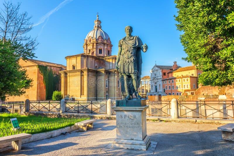 Статуя цезаря в форуме цезаря, Рима стоковое фото rf