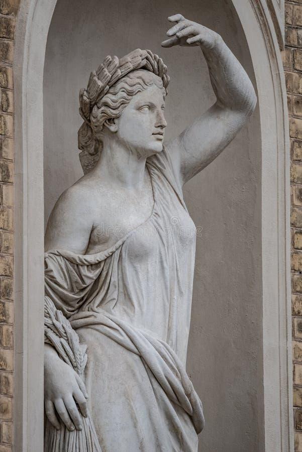 Статуя чувственной римской женщины эры ренессанса в circlet залива стоковое изображение