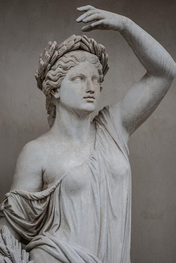 Статуя чувственной римской женщины эры ренессанса в circlet залива стоковые изображения rf