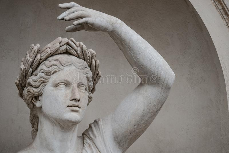 Статуя чувственной римской женщины эры ренессанса в circlet залива стоковая фотография
