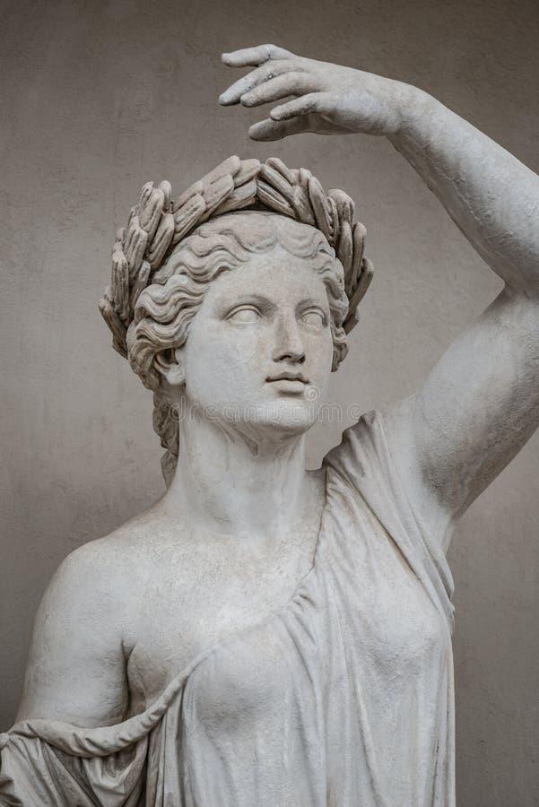 Статуя чувственной римской женщины эры ренессанса в circlet залива стоковые фото