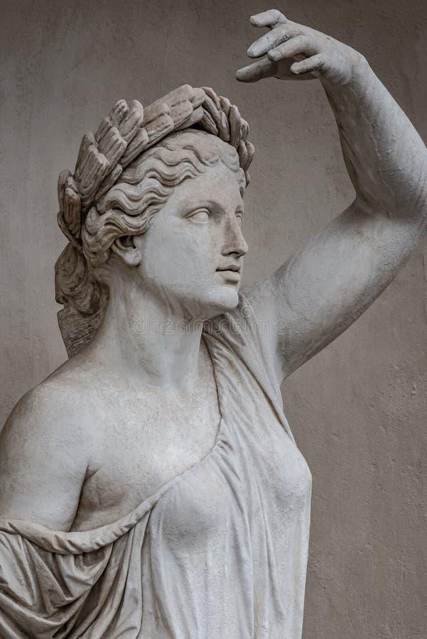 Статуя чувственной римской женщины эры ренессанса в circlet залива стоковые изображения