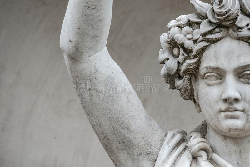 Статуя чувственной busty и тучной женщины эры ренессанса в circlet цветков, Потсдаме, Германии, деталях, крупном плане стоковое изображение rf