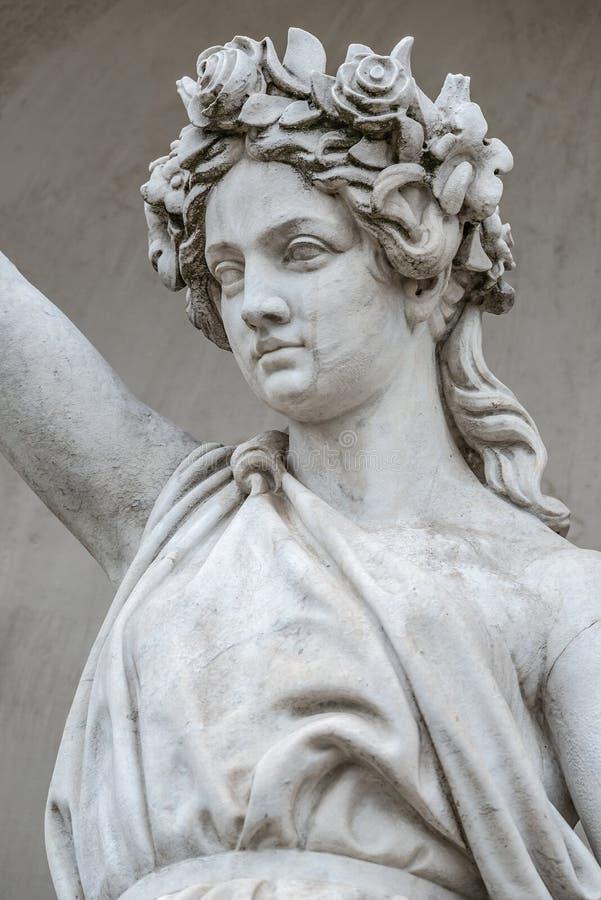 Статуя чувственной busty и тучной женщины эры ренессанса в circlet цветков, Потсдаме, Германии, деталях, крупном плане стоковая фотография rf