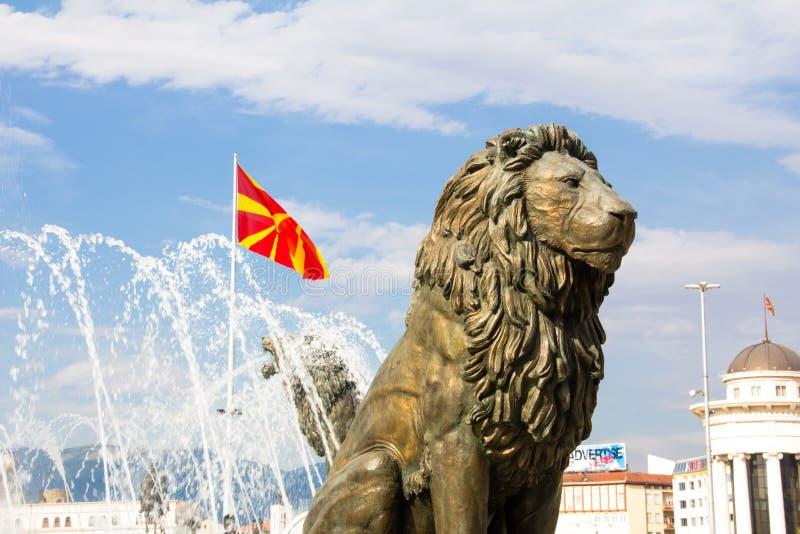 Статуя льва и македонский флаг стоковое фото rf