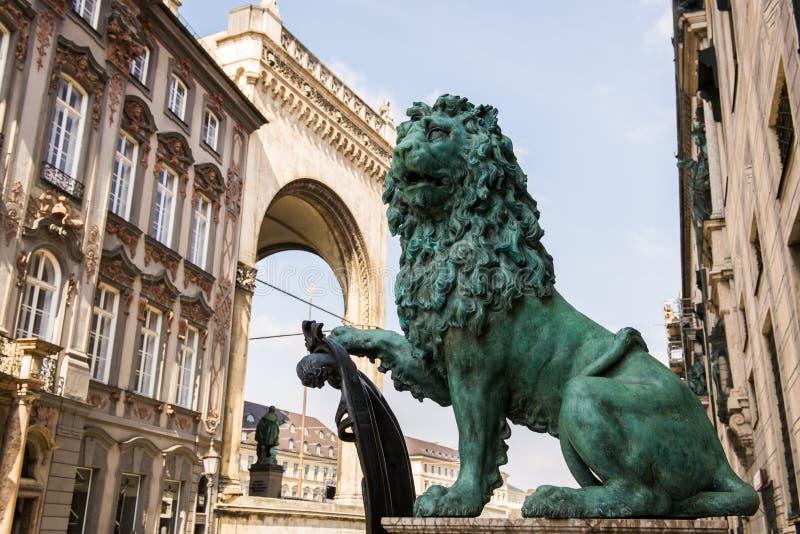 Статуя льва Мюнхена стоковые фотографии rf