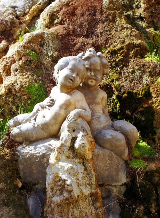 Download статуя 2 детей стоковое изображение. изображение насчитывающей напольно - 6853571
