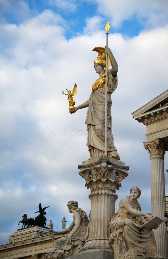 Статуя Athene перед парламентом стоковые фотографии rf