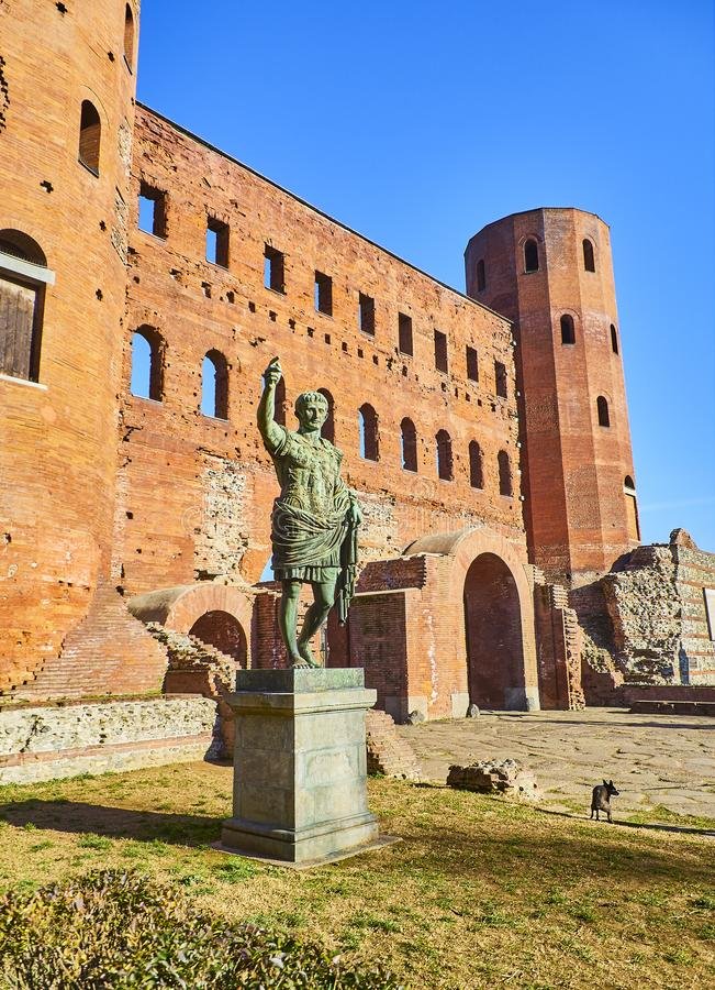 Статуя Augustus цезаря на воротах Porta Palatina Квадрат Cesare Augusto аркады Италия piedmont turin стоковое фото