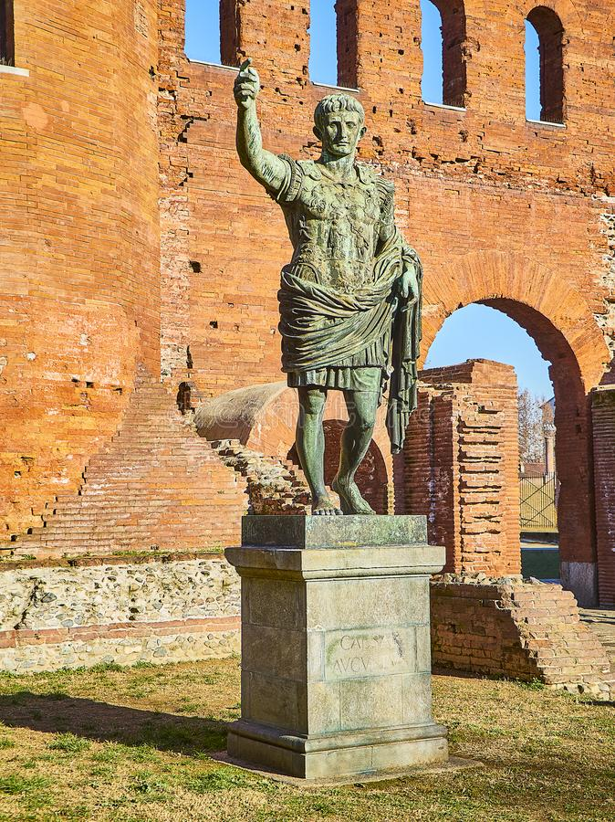 Статуя Augustus цезаря на воротах Porta Palatina Квадрат Cesare Augusto аркады Италия piedmont turin стоковые фото