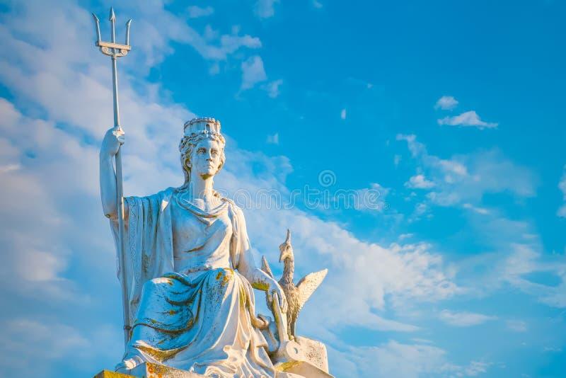 Статуя Britannia и птица печени поверх художественной галереи ходока стоковое изображение