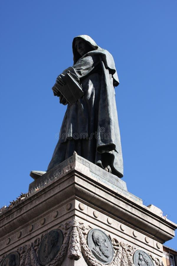 Статуя Campo de ` Fiori Рим Италия Giiordano Bruno Bruno был heretic, который сгорели на карте в Campo de ` Fiori Статуя Феррари  стоковая фотография