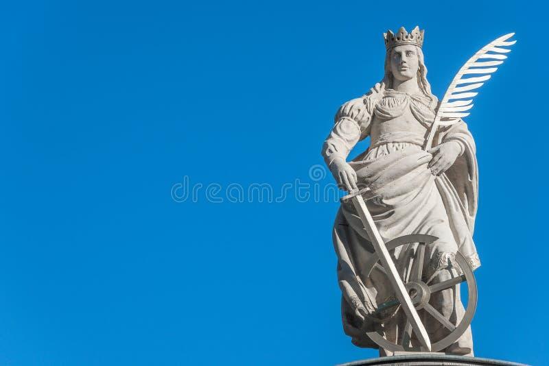Статуя Catherin с записью пера птицы, шпаги и cartwhee стоковые изображения rf