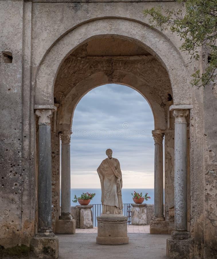 Статуя Ceres в садах виллы Cimbrone на входе к террасе безграничности, Ravello, южной Италии стоковое фото rf