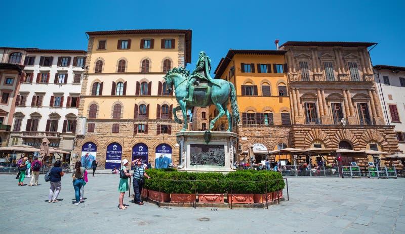 Статуя Cosme конноспортивная в середине della Signoria на Флоренсе, Cosme аркады освобождая лошадь стоковая фотография rf