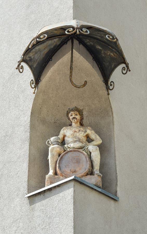 Статуя Dionysus в угловой нише бывшей гостиницы Орла на улице Slovenska, под baldachin, Марибор, Словения стоковое фото rf