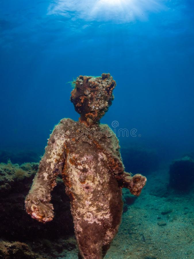 Статуя Dionysus с кроной плюща в Claudio's Ninfeum подводный, археология стоковая фотография