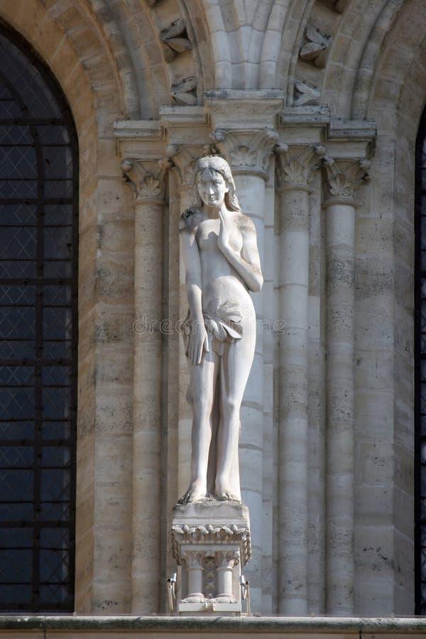 Статуя Eve, собора Нотр-Дам, Парижа стоковая фотография rf
