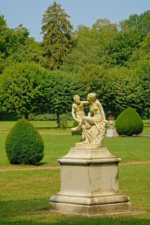 Статуя faun сокращая маленькую девочку в parkk аббатства Chaalis стоковое изображение rf