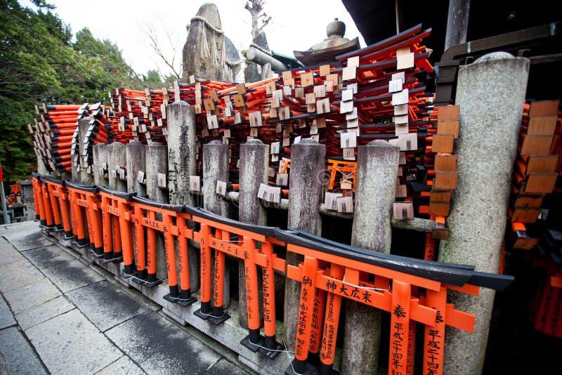 Статуя Fox и красный цвет Torii в святыне Fushimi Inari стоковые фотографии rf