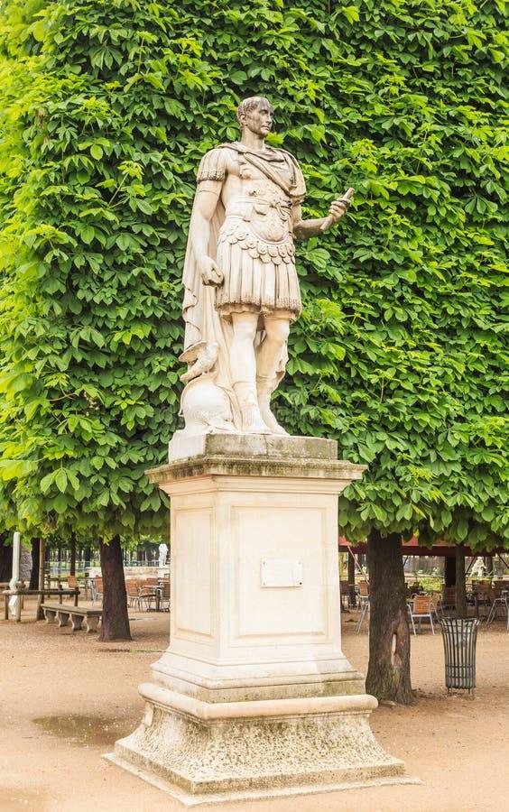 Статуя Gaius Жулиус Чаесар, в desTuileries Jardin стоковые фотографии rf