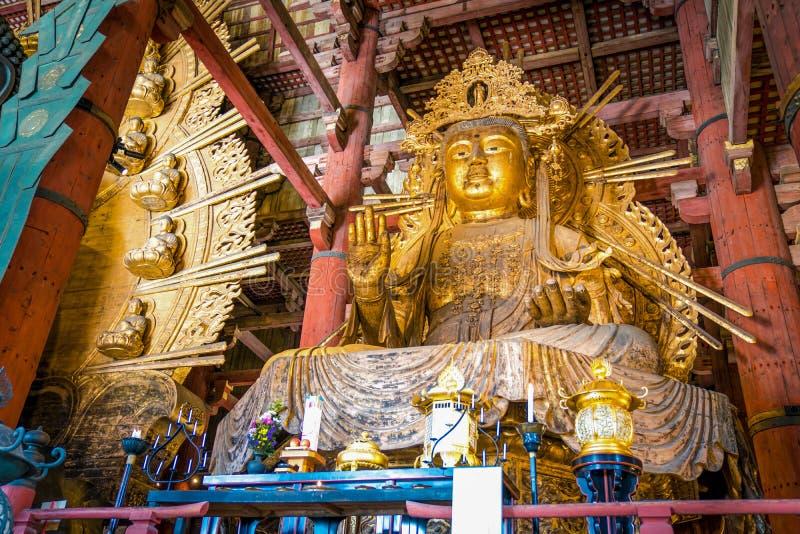 Статуя Guan Yin золота гигантская в виске Todaiji, префектуре Nara, Японии стоковое фото