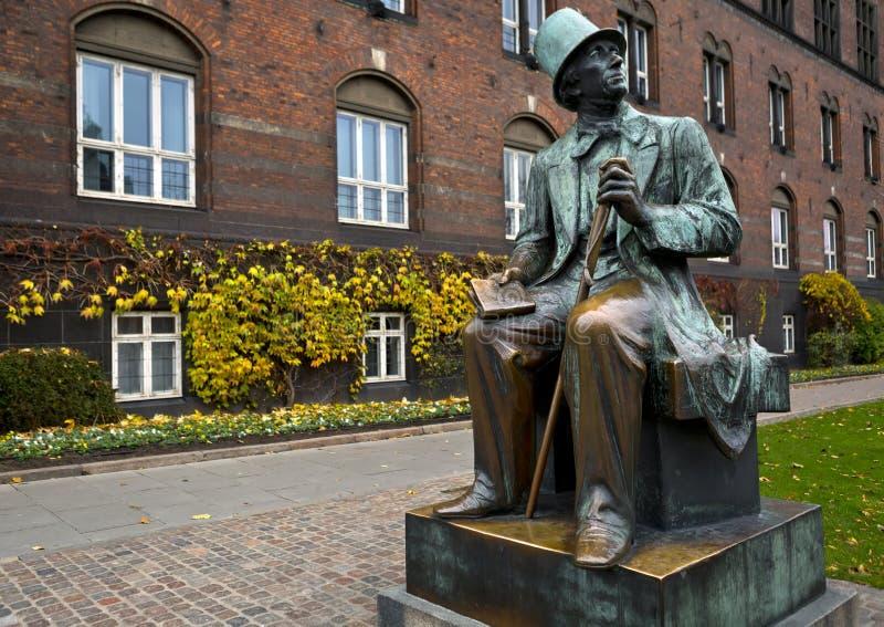 Статуя HC Andersen в центре города в Копенгагене, Дании стоковые изображения