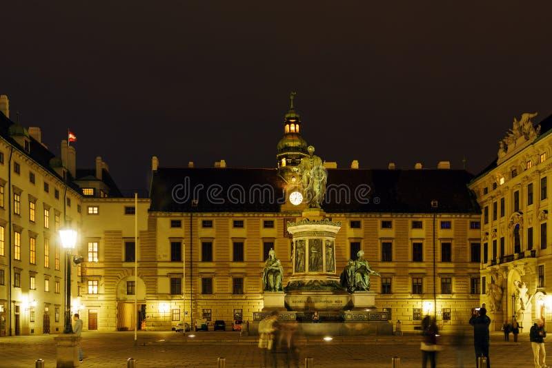 Статуя 1842-1846 Kaiser Frantz i на Hofburg на ноче, вене, a стоковое изображение rf